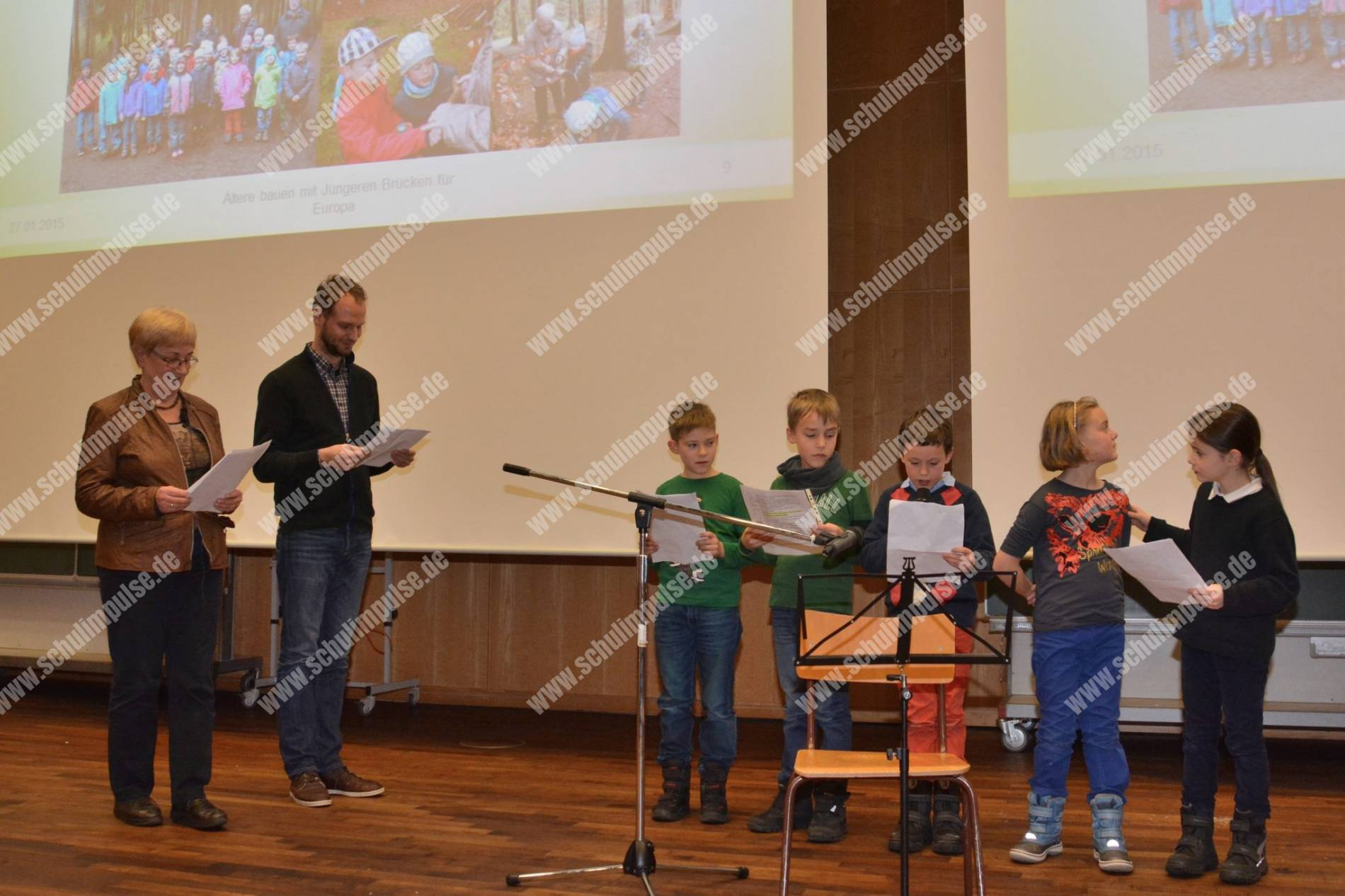Ingeborg Morgner, Andreas Grajek und SchülerInnen der 2. Klasse bei ihrer Rede im großen Hörsaal der TU Chemnitz